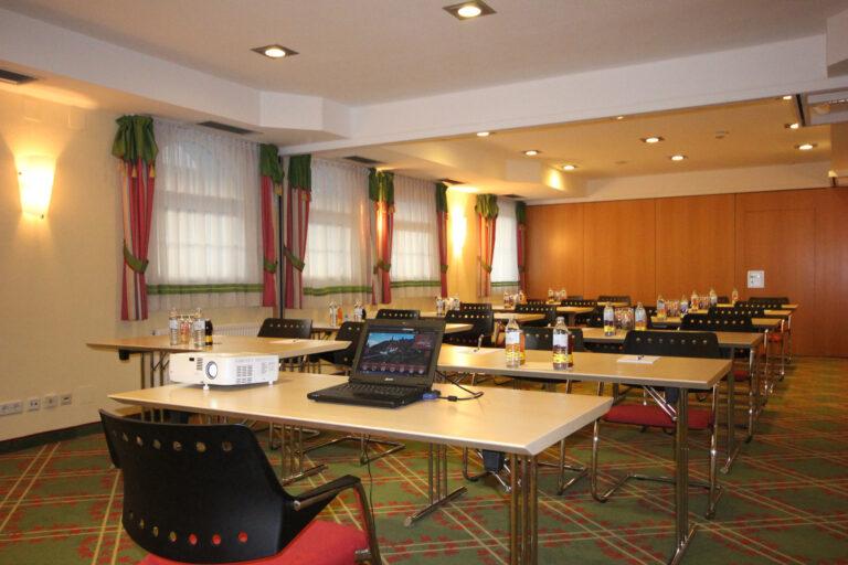 Seminarrum Unterberg in Form Klasse mit Beamer